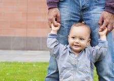 Bebé que aprende recorrer Imagenes de archivo