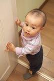 Bebé que aprende recorrer Imágenes de archivo libres de regalías