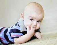 Bebé que aspira los dedos Fotografía de archivo libre de regalías