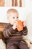Bebé que bebe de um frasco grande Imagens de Stock