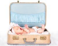 Bebé que bosteza en una maleta Fotos de archivo libres de regalías