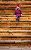 Bebé que camina abajo de las escaleras viejas Foto de archivo
