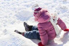 Bebé que camina en invierno en la calle Fotos de archivo libres de regalías