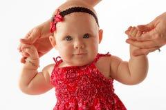 Bebé que camina y que sonríe Fotografía de archivo