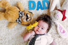 Bebé que celebra día de padres con los peluches Foto de archivo libre de regalías