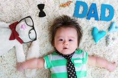 Bebé que celebra día de padres con los peluches Imagen de archivo