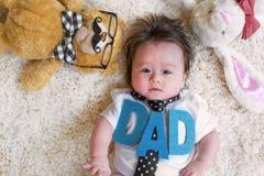 Bebé que celebra día de padres con los peluches Imagen de archivo libre de regalías