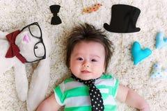Bebé que celebra día de padres con los peluches Fotografía de archivo