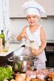 Bebé que cocina con la carne Fotografía de archivo libre de regalías
