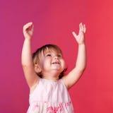 Bebé que coge algo con sus manos Imágenes de archivo libres de regalías