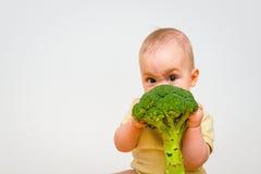 Bebé que come el bróculi Foto de archivo libre de regalías