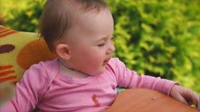 Bebé que come el puré vegetal, madre que la alimenta con la cuchara almacen de video