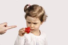 Bebé que come la fresa foto de archivo libre de regalías