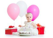Bebé que come la torta de cumpleaños Foto de archivo libre de regalías