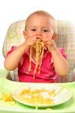 Bebé que come las pastas Foto de archivo libre de regalías