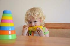Bebé que come maíz imagen de archivo libre de regalías