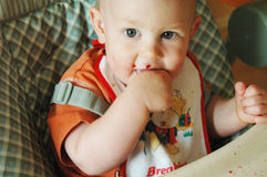 Bebé que come por sí mismo Imagen de archivo