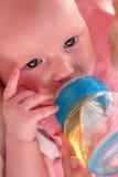 Bebé que come té Foto de archivo