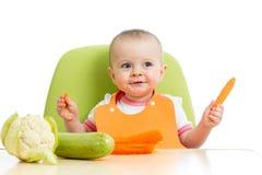 Bebé que come verduras sanas Foto de archivo libre de regalías