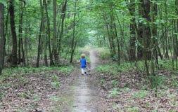 Bebé que corre a través del bosque fotografía de archivo libre de regalías