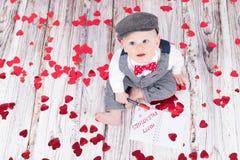Bebé que desea a tarjetas del día de San Valentín felices Fotografía de archivo libre de regalías