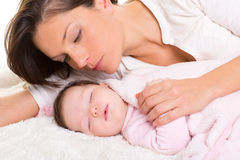 Bebé que dorme com cuidado da matriz próximo Fotos de Stock