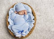 Bebé que duerme, cesta recién nacida del sueño del niño, niño recién nacido dormido foto de archivo