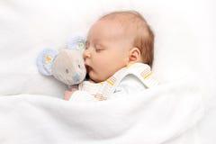 Bebé que duerme en cama Imágenes de archivo libres de regalías