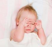 Bebé que duerme en cama foto de archivo