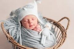 Bebé que duerme en cesta fotos de archivo