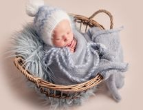 Bebé que duerme en cesta imagen de archivo libre de regalías
