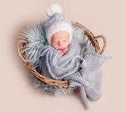 Bebé que duerme en cesta imagenes de archivo