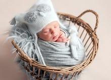 Bebé que duerme en cesta imágenes de archivo libres de regalías