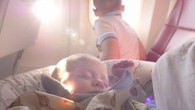 Bebé que duerme en el avión después de amamantar almacen de metraje de vídeo