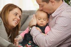 Bebé que duerme en el brazo del padre Imágenes de archivo libres de regalías