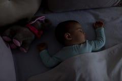 Bebé que duerme en la cama Imagenes de archivo