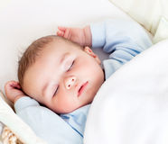 Bebé que duerme pacífico en su horquilla fotografía de archivo