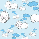 Bebé que duerme y que sueña en las nubes Foto de archivo