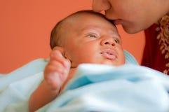Bebé que es besado Fotos de archivo