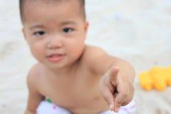 Bebé que estira hacia fuera el dedo índice, foco en el dedo Fotografía de archivo