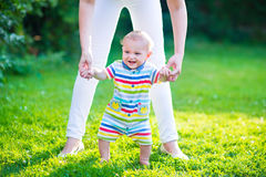 Bebé que habla sus primeros pasos Foto de archivo libre de regalías