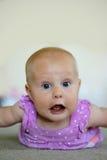 Bebé que hace la cara divertida imágenes de archivo libres de regalías