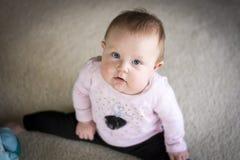 Bebé que hace las fracturas Fotografía de archivo