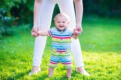 Bebé que hace sus primeros pasos Imagen de archivo libre de regalías