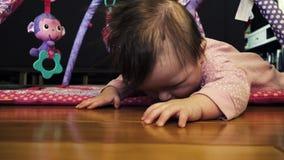 Bebé que hace tentativa del arrastre almacen de metraje de vídeo