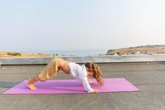 Bebé que hace yoga en el tejado Fotografía de archivo