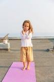 Bebé que hace yoga en el tejado Imágenes de archivo libres de regalías