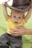 Bebé que intenta un sombrero Fotos de archivo libres de regalías