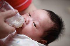 Bebé que introduce imagenes de archivo