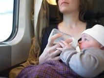 Bebé que introduce de la madre imagenes de archivo